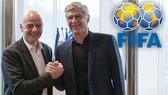 Arsene Wenger được xem là cố vấn thân cận của Chủ tịch FIFA, Gianni Infantino. Ảnh: Getty Images