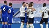 Leicester đơn giản chỉ biết nhìn Man.City mừng chiến thắng. Ảnh: Getty Images