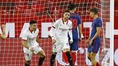 Atletico Madrid lại có pha vấp ngã khác tại La Liga khi thua ở Sevilla. Ảnh: Getty Images