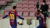 Ousmane Dembele phấn khích mừng bàn thắng cùng đội trưởng Lionel Messi.