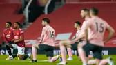 Cầu thủ trong mùa giải này quỳ gối trước trận để phản đối tình trạng lạm dụng phân biệt đối xử.