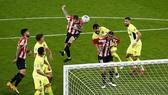 Inigo Martinez đánh đầu ghi bàn thắng muộn giúp Bilbao đánh bại Atletico.