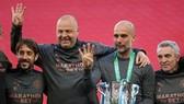HLV Pep Guardiola hạnh phúc với Cúp Liên đoàn thứ 4 liên tiếp, nhưng sớm đặt mục tiêu cao hơn. Ảnh: Getty Images