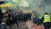 Người hâm mộ đã va chạm với cảnh sát bên ngoài sân.