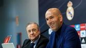 Chủ tịch Florentino Perez sẽ cố thuyết phục Zinedine Zidane ở lại. Ảnh: Getty Images