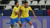 Casemiro (phải) mừng bàn thắng ấn định chiến thắng.