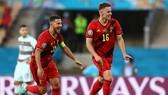 Anh em nhà Hazard mừng bàn thắng quyết định vào lưới Bồ Đào Nha. Ảnh: Getty Images
