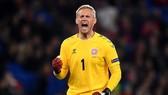 Kasper Schmeichel cũng đang chơi một kỳ Euro tuyệt vời chẳng kém cha anh Peter.