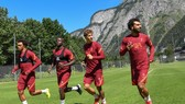 Trent Alexander-Arnold, Sadio Mane và Mohamed Salah khởi động trên sân tập tại Áo.