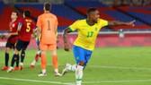 Malcom ăn mừng bàn thắng quyết định tấm HCV cho Brazil.