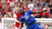 Romelu Lukaku không chỉ ghi bàn mà sức mạnh của anh còn làm khổ hàng thủ Arsenal. Ảnh: Getty Images