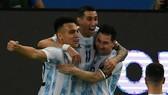 Lionel Messi và Lautaro Martinez ăn mừng bàn thắng.
