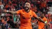 Memphis Depay tỏa sáng khi ghi 2 bàn để giúp Hà Lan đánh bại Montenegro.