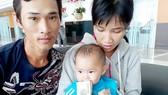 Cha mẹ cháu Lê Thị Kim Yến vui mừng nhận 37 triệu đồng bạn đọc Báo SGGP giúp đỡ