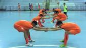 Các cầu thủ U20 futsal Việt Nam trong buổi tập đầu tiên tại Thái Lan. Ảnh: Anh Trần