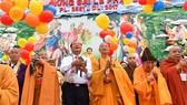 Nghi thức thả chim bồ câu và bong bóng cầu hòa bình tại Đại lễ Phật đản