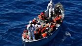 Người di cư ngồi trên tàu cứu hộ trong một chiến dịch cứu nạn của hải quân Italy. Ảnh: Reuters.