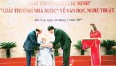 Chủ tịch nước Trần Đại Quang ân cần trao bà Nguyễn Thị San  giải thưởng Hồ Chí Minh cho nhà văn Xuân Thiều