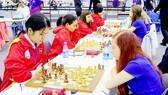 Đội tuyển cờ vua nữ Việt Nam (trái) thắng Estonia 3-1  ở giải Olympiad lần 42