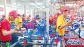 Công nhân Công ty Nhựa Chợ Lớn sản xuất xe đạp, xe tập đi phục vụ nội địa và xuất khẩu