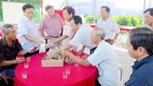Lãnh đạo tỉnh Đồng Tháp trao đổi với nông dân ở Canh Tân hội quán thuộc xã An Nhơn, huyện Châu Thành