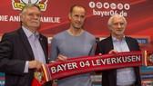 HLV Heiko Herrlich (giữa) sẽ có rất nhiều việc phải làm cho mùa bóng mới cùng Leverkusen.