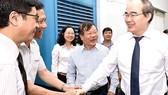 Bí thư Thành ủy TPHCM Nguyễn Thiện Nhân  thăm trung tâm Truyền hình Việt Nam tại TPHCM                                                                                   Ảnh: VIỆT DŨNG