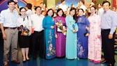 Phó Bí thư Thành ủy TPHCM Võ Thị Dung và Trưởng ban Tuyên giáo Thành ủy TPHCM Thân Thị Thư chúc mừng các tác giả  Báo SGGP đoạt giải Báo chí TPHCM lần thứ 35   Ảnh: VIỆT DŨNG