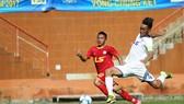 Đà Nẵng (phải) bất ngờ để thua cách biệt 0-3 trước Hà Tĩnh.    Ảnh: Dũng Phương