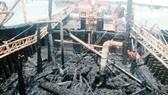 Một tàu cá bị lửa thiêu rụi