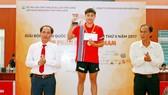 Ban tổ chức trao giải thưởng đơn nam hạng A.