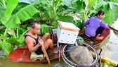 Người dân sống ở  bãi giữa sông Hồng  (Hà Nội) chạy lũ  Ảnh:  LÃ ANH