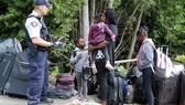 Lực lượng biên phòng Canada tiếp nhận người tị nạn Haiti. Ảnh: REUTERS