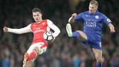 Granit Xhaka (trái, Arsenal) tranh bóng với Marc Albrighton (Leicester).