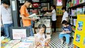 Trẻ con chọn đọc sách tại Đường sách TPHCM