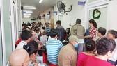 Đông đảo bệnh nhân khám tại khoa Ung bướu Bệnh viện Chợ Rẫy. Ảnh ĐÀO THỤY