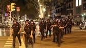 Cảnh sát Tây Ban Nha tại hiện trường vụ đâm xe khủng bố ở Barcelona. Ảnh: REUTERS