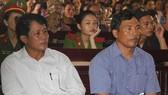 Bị cáo Lê Sỹ Bình (trái), Nguyễn Hữu Hóa (phải) tại phiên tòa. Ảnh VTC News