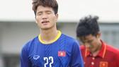 Thủ môn Phí Minh Long đã biếu không cho đội bạn một bàn thắng