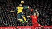 Liverpool (phải) và Arsenal là trận cầu tâm điểm vòng này.