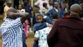 Các cha mẹ chờ tin con sau vụ cháy ký túc xá Trường Nữ sinh Moi ở Nairobi, Kenya, ngày 2-9-2017. Ảnh: REUTERS