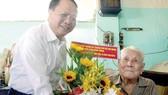 Ủy viên Trung ương Đảng, Phó Bí thư Thường trực Thành ủy TPHCM Tất Thành Cang trao tặng đồng chí Lý Toàn Anh Huy hiệu 70 năm tuổi Đảng