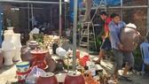 Chủ ki-ốt trên đường Trường Chinh (quận Tân Bình) di dời hàng hóa khi bị các cơ quan chức năng tổ chức cưỡng chế