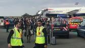Hành khách sơ tán khỏi máy bay. Nguồn: theguardian.com