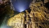 Một đoạn thang được lắp đạt trong hang Sơn Đoòng không đóng vào nhũ đá để bảo vệ thạch nhũ do chuyên gia hang động Hoàng gia Anh đề xuất