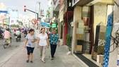 Người dân thoải mái đi lại trên vỉa hè thông thoáng của đường Bạch Đằng