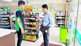 Nhân viên Công ty CP Cấp nước Chợ Lớn thu tiền bằng smartphonetrong chương trình hóa đơn điện tử