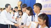 Đại diện Sở GD-ĐT trao học bổng cho học sinh Cần Giờ