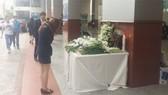 Sinh viên Trường Hutech đặt hoa tưởng niệm nam sinh tử vong trong trường