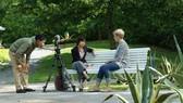 Nhóm phóng viên Đài Truyền hình Việt Nam tác nghiệp thực hiện phim tài liệu Ánh sáng tháng 10